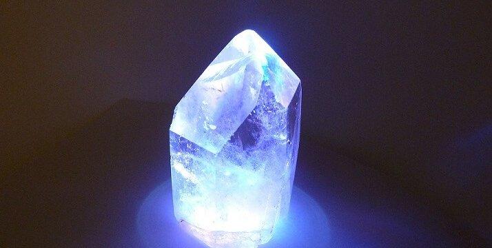 Meditação com cristal quartzo